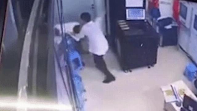 Say rượu, nam thanh niên lao vào phòng camera chung cư đánh nữ bảo vệ 9x
