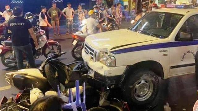 Video camera ghi lại lúc xe Công an phường gây tai nạn ở phố Bùi Viện