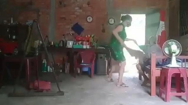 Phẫn nộ clip con gái đánh đập, đổ rác lên đầu mẹ già 88 tuổi