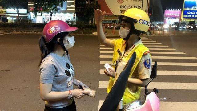 """Lời nhắn nhủ """"ngọt lịm"""" của nữ CSGT trên đường Phạm Văn Đồng"""