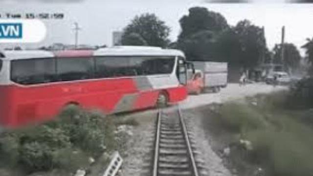 Khoảnh khắc tàu hỏa tông trúng xe ô tô 45 chở chỗ học sinh