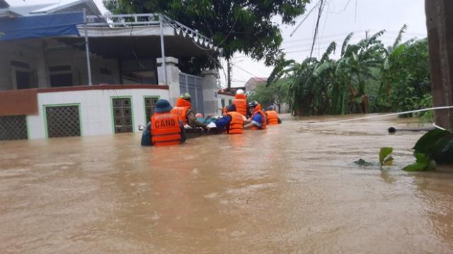 Tình quân và dân miền Trung trong cơn bão lũ