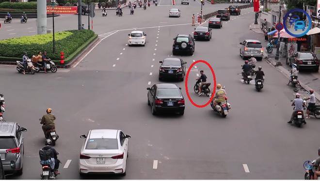 Nam thanh niên ngang nhiên chạy cắt ngang đoàn xe ưu tiên ở TP.HCM