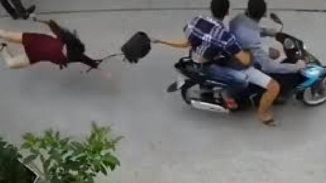 Bị 2 tên cướp giật túi xách, cô gái ngã sấp mặt xuống đường đầy đau đớn