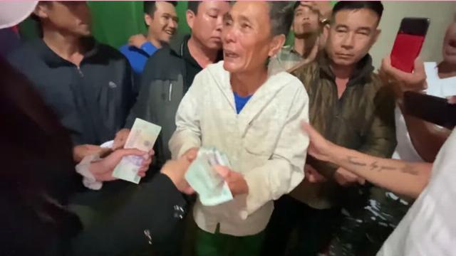 """Cụ ông khóc vì """"trắng tay"""" sau lũ còn nợ ngân hàng, vợ chồng ca sỹ Thủy Tiên tặng ngay 210 triệu"""