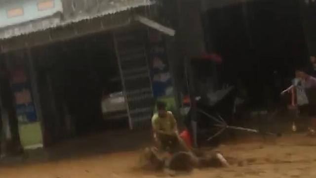 Kinh hoàng nhìn cảnh lũ, đất cuốn trôi người ở Nam Trà My sau bão số 9