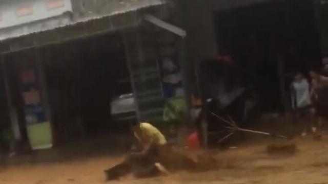 Kinh hoàng clip người phụ nữ bị cuốn phăng theo dòng lũ dữ ở Quảng Nam