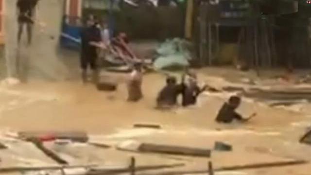 Kinh hãi giây phút nước lũ cuồn cuộn xóa sổ 14 hộ dân ở Trà Leng
