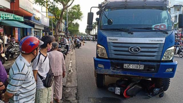 Xe tải tông người đi đường rồi kéo lê xe máy hơn 50m