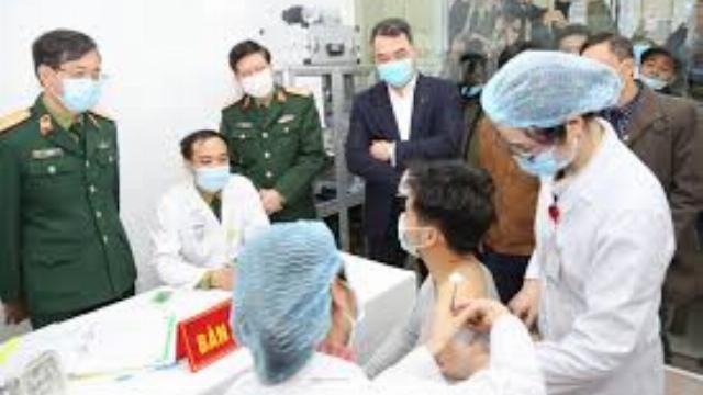 Cận cảnh mũi tiêm vaccine Covid-19 đầu tiên trên người của Việt Nam