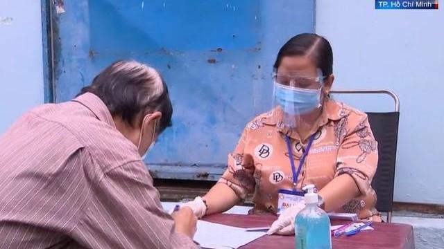 UBND phường Linh Trung, TP. Thủ Đức phát tiền hỗ trợ người dân khó khăn mùa dịch Covid-19