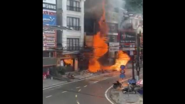 Cửa hàng gas bốc cháy dữ dội, nhiều tiếng nổ lớn phát ra