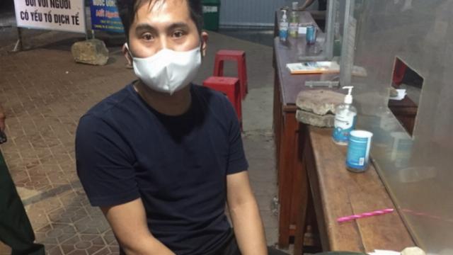 Bất ngờ phát hiện người đàn ông Trung Quốc trốn trong cốp ô tô để qua chốt kiểm dịch