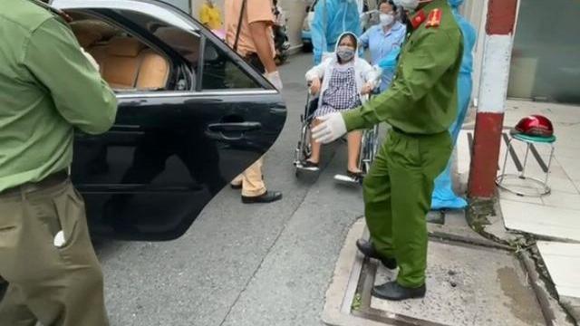 Thai phụ bị tai nạn văng xuống đường, công an kịp thời đưa đi cấp cứu