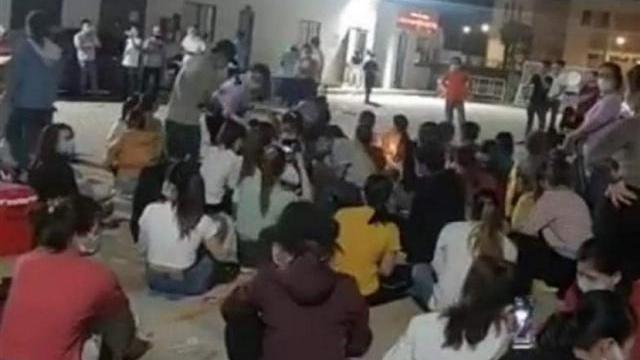 Quảng Ngãi: Cả trăm công nhân tụ tập ca hát ngay tại nơi cách ly
