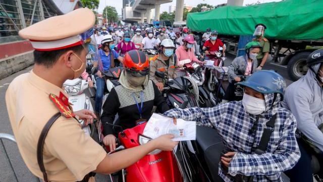 """Ùn ứ tại chốt kiểm soát ra-vào """"vùng đỏ"""" ngày đầu thực hiện chỉ thị mới ở Hà Nội"""