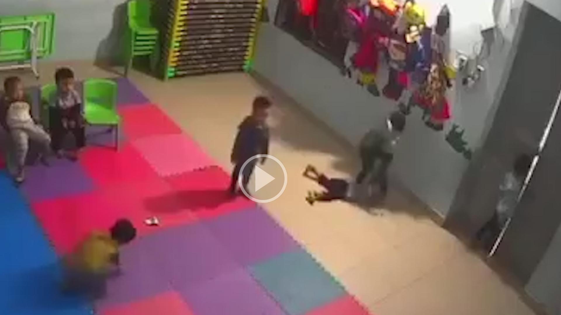 Xôn xao đoạn clip bé gái 2 tuổi bị bạn học đánh dã man ngay trong lớp